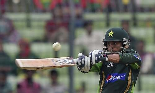 Wahab cameo lifts Pakistan to 239