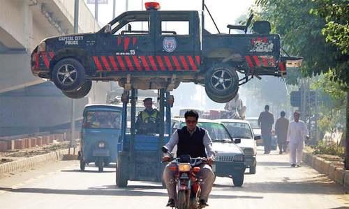Policeman killed, eight injured in Peshawar roadside blast