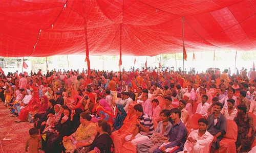 Workers demand a minimum of Rs25,000 monthly wage