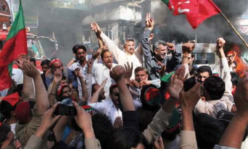 PTI workers  block KKH over party tickets