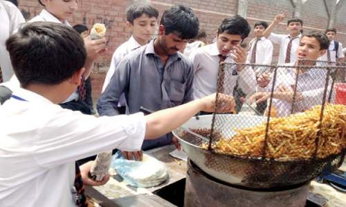 No check on sale of unhygienic food, drinks outside schools