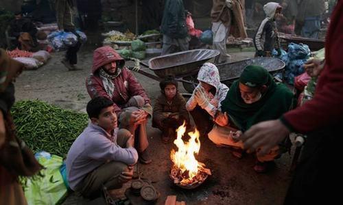 Quake survivors endure crippling cold in the open