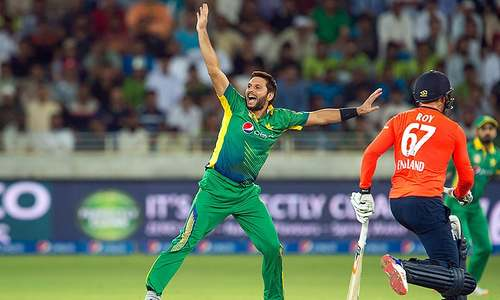 Afridi strikes to dent England charge