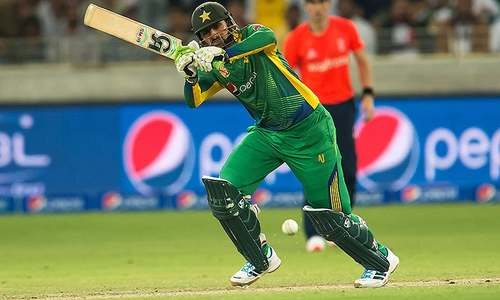 Malik lifts Pakistan as 3rd T20 goes into super over