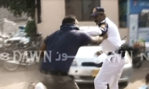 Citizen and traffic wardens come to blows in Karachi's PIDC area