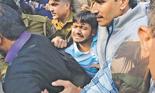 Indian zealots attack student leader in court