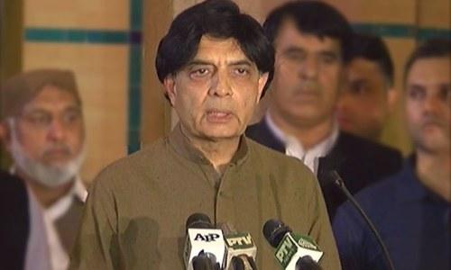 وفاقی وزیر داخلہ چوہدری نثار اسلام آباد میں پریس کانفرنس کررہے ہیں — فوٹ: ڈان نیوز.