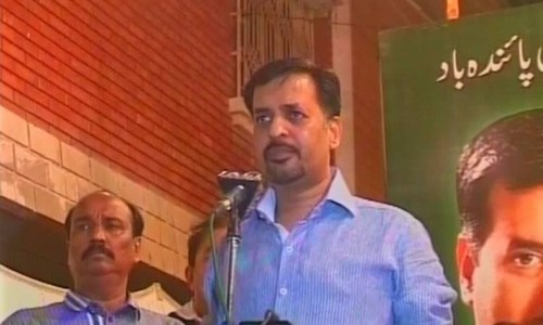 Mustafa Kamal's convoy pelted with stones, eggs in Mirpurkhas