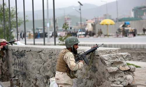 Afghan soldiers responds to a Taliban-claimed suicide attack in Kabul, Afghanistan, Tuesday, April 19, 2016. ─ AP