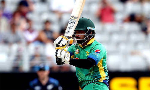 Hafeez to undergo MRI scan in Karachi due to knee injury