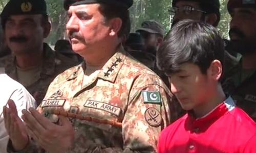 Gen Raheel Sharif at Major Ali Jawad's funeral in Peshawar. – DawnNews screengrab