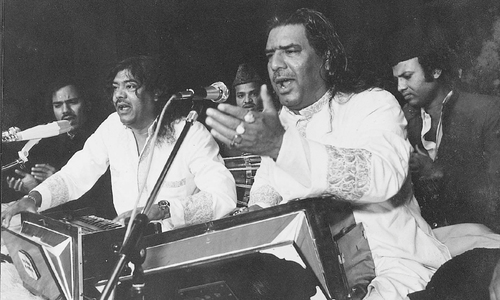 Amjad Sabri's late father Ghulam Farid Sabri (R) and uncle Maqbool Sabri (L) at a live performance. — File photo