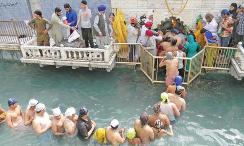 Sikh pilgrims offer rituals