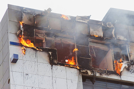 Security guard dies, others rescued as fire erupts in Karachi plaza
