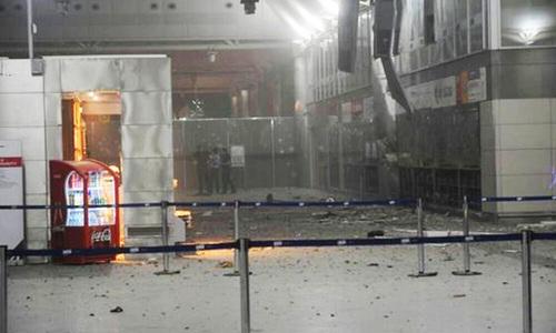استنبول کے انٹرنیشنل ایئرپورٹ کے داخلی راستے کا منظر جہاں حملہ آوروں نے فائرنگ کے بعد خود کو دھماکے سے اڑایا تھا—۔ فوٹو/ اے پی