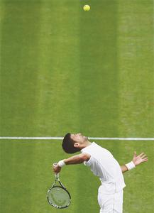 Djokovic hits 30 successive Slam wins at wet Wimbledon