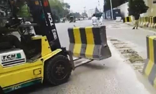 کراچی: وزیراعلیٰ ہاؤس سے رکاوٹیں ہٹانے کا حکم