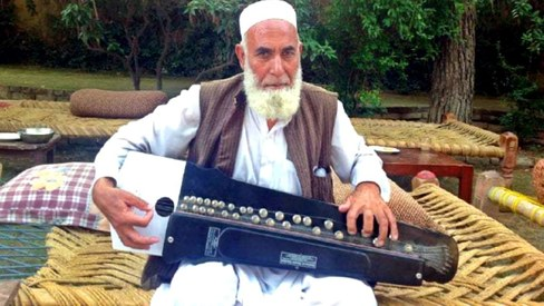 This banjo player from Landi Kotal has lost his velvety voice and needs your help