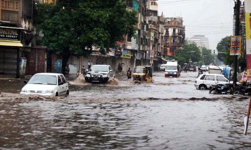 Downpour causes havoc on Karachi roads, streets remain flooded