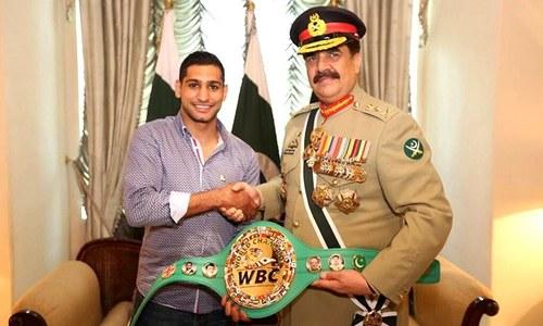 Boxer Amir Khan honours Gen Raheel Sharif with championship belt