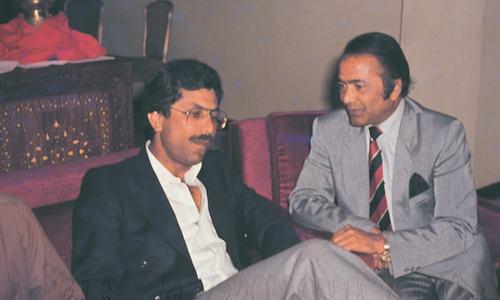 حنیف محمد سابق پاکستانی ٹیسٹ کپتان ظہیر عباس کے ساتھ گفتگو کرتے ہوئے۔ — فوٹو وائٹ اسٹار۔