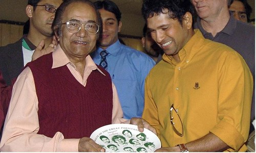 ہندوستان کے مایہ ناز بیٹسمین سچن ٹنڈولکر 2006 میں کراچی میں حنیف محمد کو شیلڈ پیش کر رہے ہیں۔ — فوٹو اے ایف پی۔