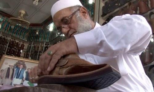 شاہ رخ کی پاکستانی چپل گائے کی کھال کی؟