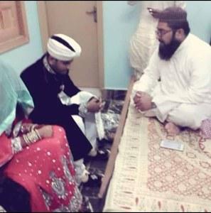 مقامی مسجد کے امام منیشا کو مسلمان کرنے کے بعد منیشا اور بلال کا نکاح پڑھا رہے ہیں۔