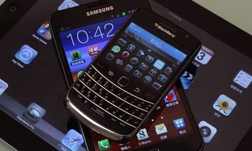 BlackBerry avoids smartphone risk with outsource move: CEO