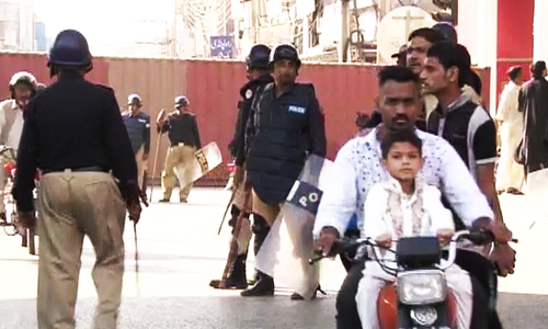 Sheikh Rasheed arrives at Rawalpindi's Committee Chowk as police push back protesters