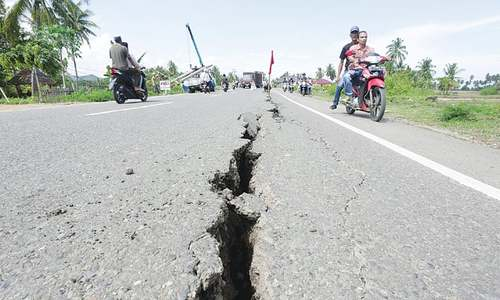 Indonesian quake toll passes 100; rescuers struggle