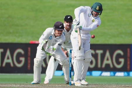 De Kock battles pain as honours even in Hamilton