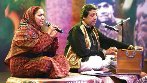 Reshma's son and daughter-in-law perform at Lok Virsa