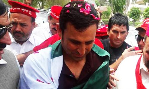 Younis returns home to Karachi to a hero's welcome