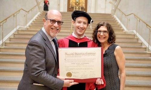 مارک زکر برگ نے 12 سال بعد اعزازی ڈگری حاصل کرلی