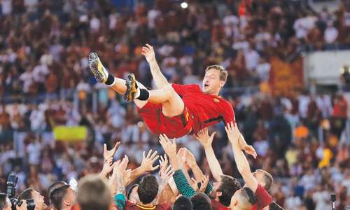 Totti's farewell ends in celebration as Roma clinch second spot