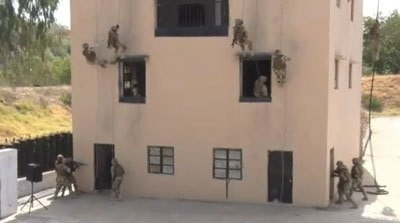 Nigerian soldiers rappel down a building during training exercise. Photo:Screengrab.