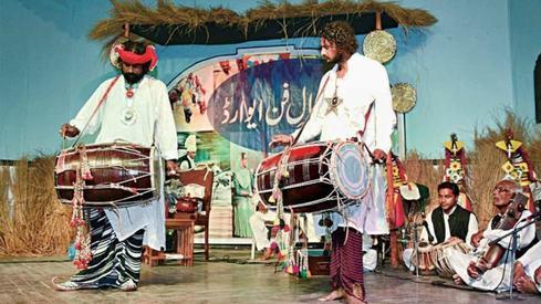 50 folk singers, artisans get Kamal-i-Fun Award
