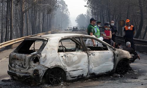 پرتگال میں آتشزدگی سے جھلسی ہوئی کار کا منظر — فوٹو، اے پی