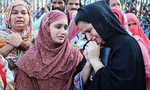 لاہور دھماکے کے بعد ہسپتالوں کے باہر رقت آمیز مناظر