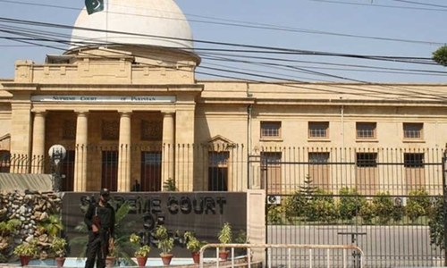 SC orders govt to block CNICs, freeze bank accounts of absconders