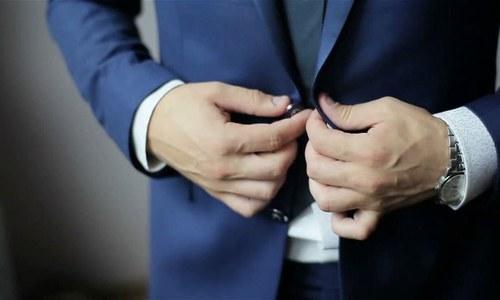 کوٹ کا نچلا بٹن نہ لگانے کی دلچسپ وجہ جانتے ہیں؟