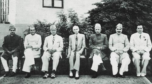 گورنر جنرل ہاؤس کراچی میں 15 اگست 1947 کو پاکستان کی پہلی کابینہ کی تشکیل۔ ارکان، بائیں سے دائیں، میر فضل الرحمان، ملک غلام محمد، نوابزادہ لیاقت علی خان، قائدِ اعظم محمد علی جناح، آئی آئی چندریگر، سردار عبدالرب نشتر اور عبدالستار پیرزادہ۔ — ڈان/وائٹ اسٹار آرکائیوز۔