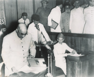 11 اگست 1947 کو کراچی میں پاکستان کی دستور ساز اسمبلی کے پہلے اجلاس کے موقع پر نوابزادہ لیاقت علی خان ان انتخابی کاغذات کو دیکھ رہے ہیں جن کے نتیجے میں قائدِ اعظم محمد علی جناح اسمبلی کے پہلے صدر قرار پائے۔ — ڈان/وائٹ اسٹار آرکائیوز۔