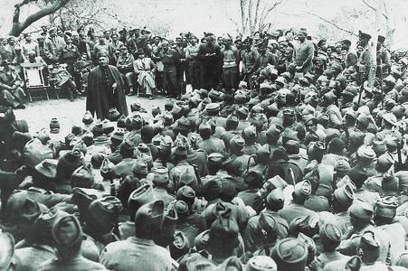 نوابزادہ لیاقت علی خان 1944 میں لاہور میں مسلم لیگ نیشنل گارڈز سے خطاب کرتے ہوئے ان پر 1945 کے عام انتخابات میں مسلم لیگ کے لیے بھرپور انتخابی مہم چلانے پر زور دے رہے ہیں۔ — ڈان/وائٹ اسٹار آرکائیوز۔