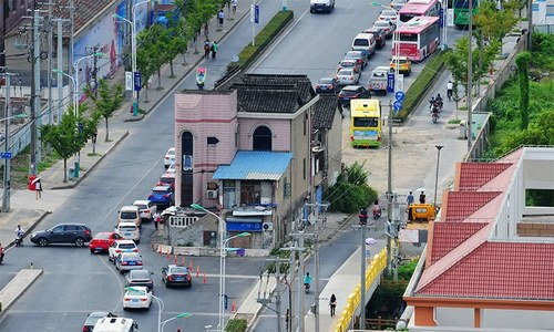 چین میں سڑک کے درمیان 14 سال سے کھڑا گھر گرادیا گیا