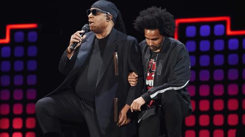 Stevie Wonder kneels at Global Citizen Festival to defy Trump