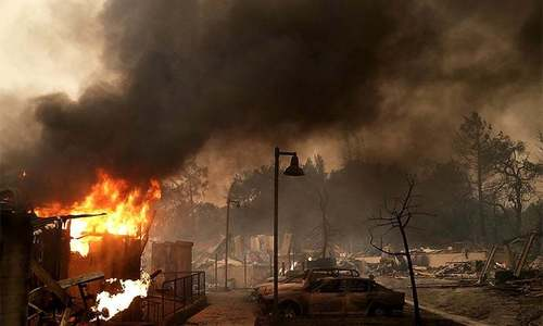 Thousands evacuate as California wildfires kill 10