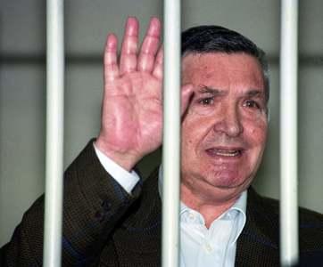 1993ء میں مافیا باسز کے باس، توتورینا روم میں مقدمے کی سماعت کے دوران ہاتھ ہلا رہے ہیں—تصویر اے پی