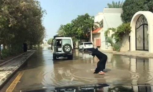 سعودی خاتون کی برساتی پانی میں سرفنگ کی ویڈیو وائرل